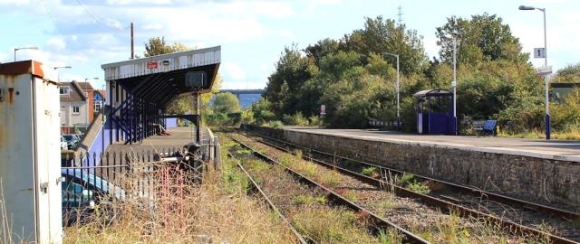 b02 Avonmouth Station, Ruth walking the coast