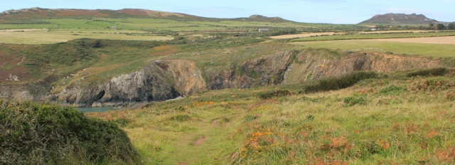 b04 easy path to Pwllcrochan, Ruth hiking in Pembrokeshire, Wales