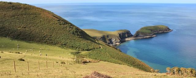 b04 above Traeth-yr-ynys, Ruth hiking the Ceredigion coast path