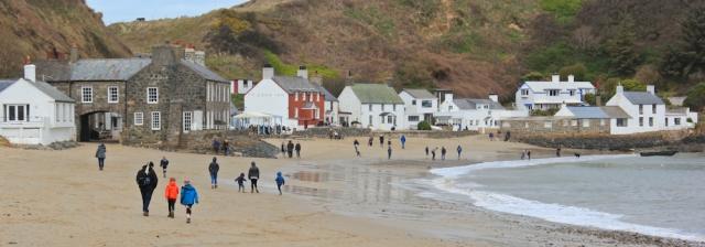 09 Ty Coch Inn, pub at orth Dinllaen, Morfa Nefyn, Ruth hiking the Wales Coast