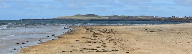 06 Traeth Cymyran, Ruth hiking in Anglesey, Rhosneigr
