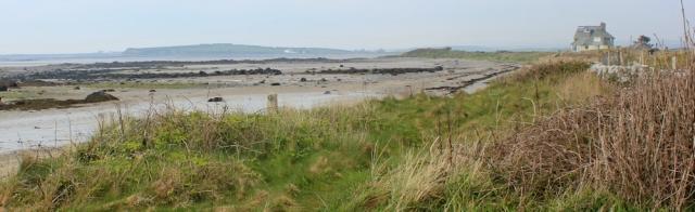 05 Tywyn-gwyn, Ruth hiking in Anglesey, Traeth y Gribin